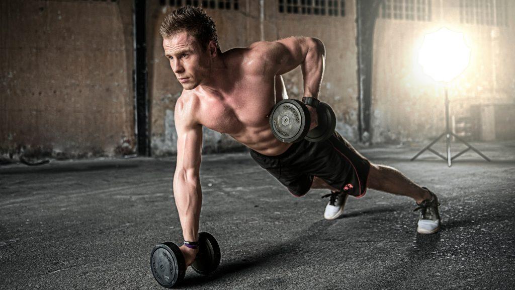 Muskeln mit Training und Pumpen aufbauen